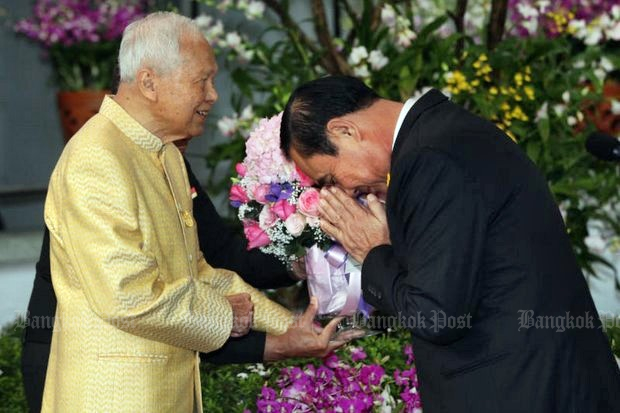 Prime Minister Prayut Chan-o-cha (far right) performs a wai to Privy Council president Gen Prem Tinsulanonda left, in yellow) during a pre-New Year gathering on Dec 27. (Bangkok Post file photo)