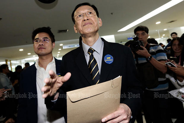 Paiboon Nititawan, centre, leader of the People Reform Party, speaks to the media on Friday after submitting a letter to the Election Commission asking if the Thai Raksa Chart Party violated the law in nominating Princess Ubolratana as its prime ministerial candidate. (Bangkok Post file photo)
