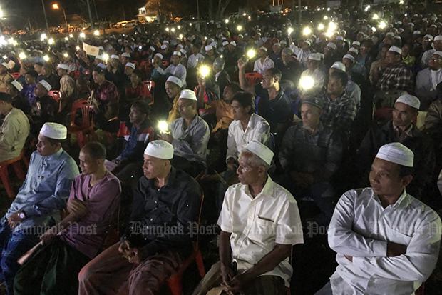 About 3,000 people attended a Prachachart Party rally in Muang district of Narathiwat on Saturday night. (Photo by Abdullah Benjakat)