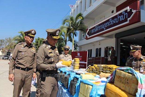 Deputy National Police chief Pol Gen Chalermkiat Srivorakhan inspects seized methamphetamine pills displayed to the media at the Wieng Pa Pao police station in Chiang Rai on Sunday. (Photo by Chinnapat Chaimol)