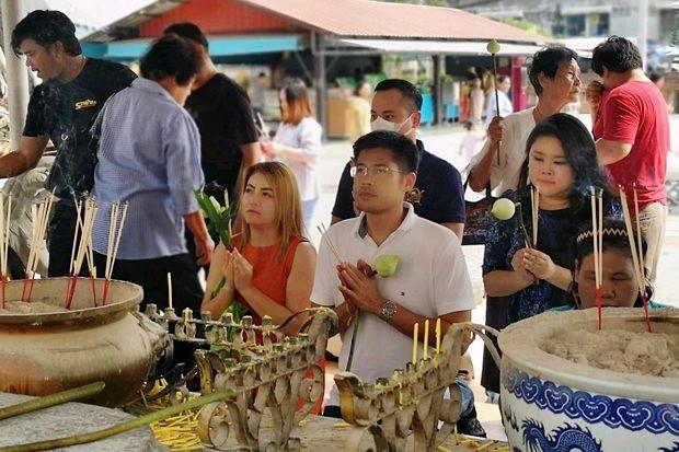 A photo posted Sunday by Thai Raksa Chart Party registrar Chayika Wongnapachant, right, shows her with Thai Raksa Chart leader Preechapol Pongpanich (centre) at a temple in Ayutthaya. (FB/Sand.Chayika)