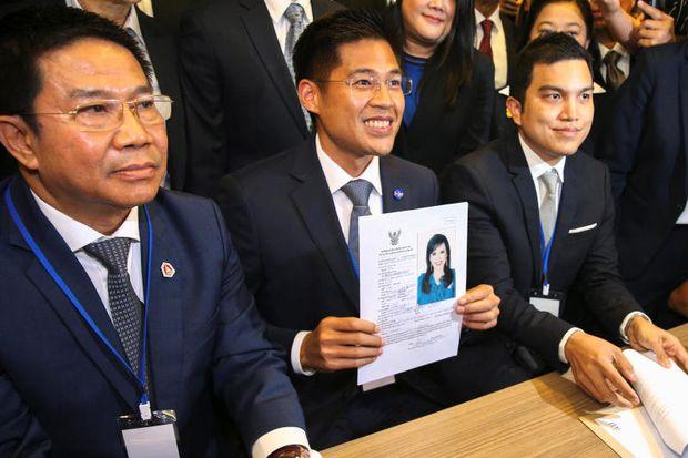 Thai Raksa Chart party leader Preechapol Pongpanich, holds up the application of candidate for Prime Minister, Thailand's Princess Ubolratana Rajakanya Sirivadhana Barnavadi, at the election commission office in Bangkok, Thailand Feb 8, 2019. (Reuters photo)