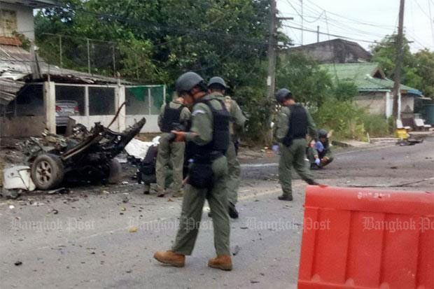 Bomb disposal police examine the wreckage of one of the stolen pickup trucks used as a car bomb, which exploded and damaged 10 police houses in Pattani's Mayo district in the early hours of Aug 17, 2017. (Bangkok Post file photo)