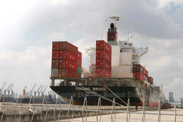 A container vessel docks at Bangkok port. Economists say the US-China trade row, a global economic slowdown and the strengthening baht are putting Thai shipments at a disadvantage. (Photo by Kosol Nakachol)