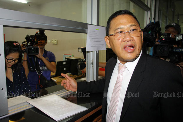 Surachai Chinchai, Thai Raksa Chart Party legal affairs adviser, submits his letter at the Office of the Election Commission in Bangkok on Wednesday. (Photo by Tawatchai Kemgumnerd)