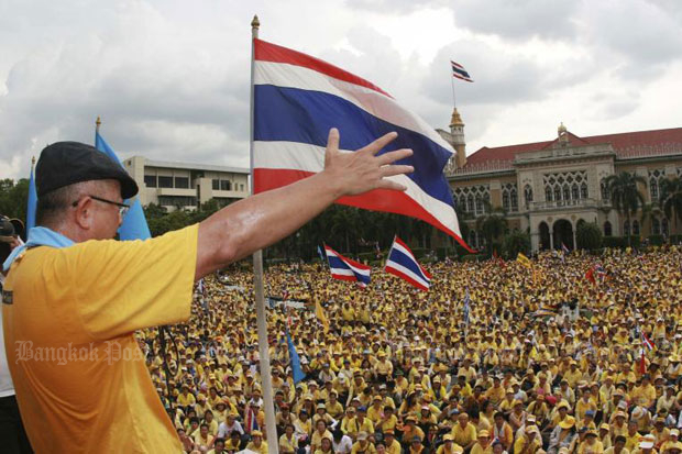 Sondhi Limthongkul speaks to yellow-shirt demonstrators as they seize Government House on Aug 26, 2008. (File photo)
