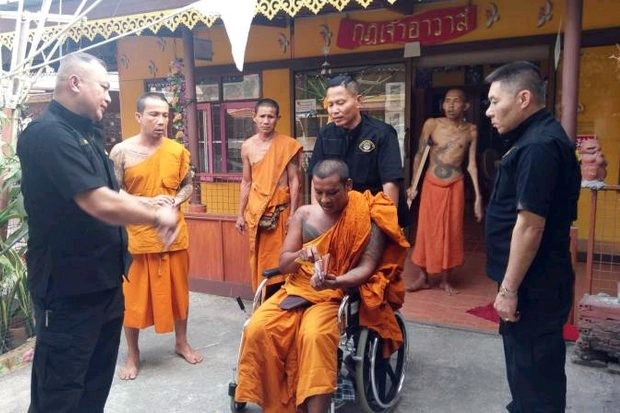 Phra Sangkharak Kanatathamo, abbot of Wat Ro Charoen in Suphan Buri's Bang Pla Ma district, is wheeled out of his quarters and arrested by police. (Photo courtesy Crime Suppression Division)