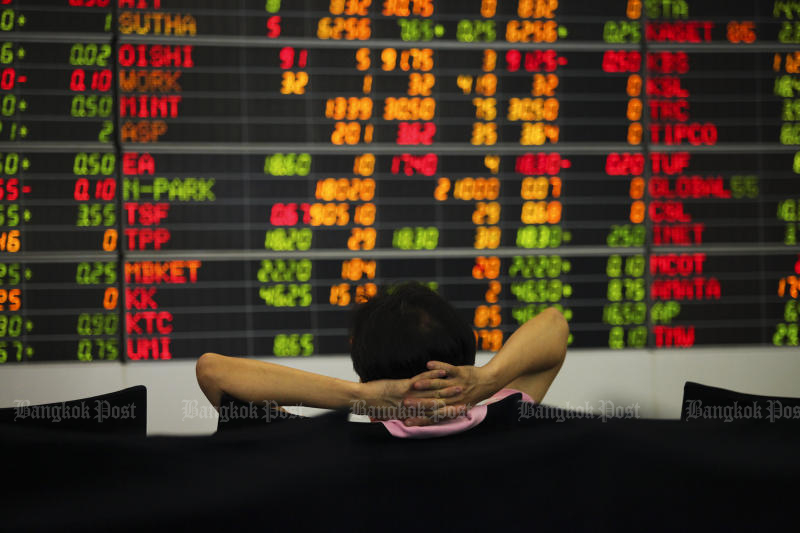 Foreign investors have sold a net 10.5 billion baht of Thai shares since Feb 8 as worries about potential political instability grip the nation ahead of the March 24 election. (Photo by Patipat Janthong)