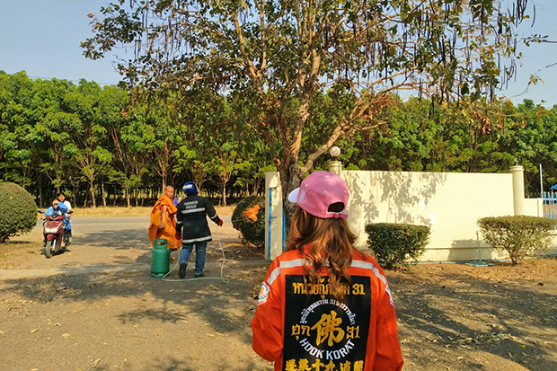 Volunteers clear wasp nests from the grounds Nikom Sang Ton-eng 3 School in Phimai district of Nakhon Ratchasima on Sunday. (Photo by Prasit Tangpresert)