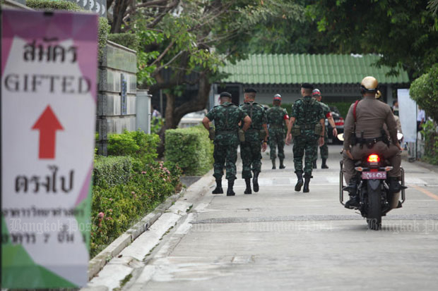 Soldiers and police guard Mathayomwatsing School in Bang Khunthian district, Bangkok, as students continued sitting university entrance examinations there on Monday. (Photo by Pawat Laopaisarntaksin)