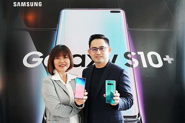 Mrs Wanna, left, poses with Varawut Pongchinpak, marketing and retail director for IT and mobile communications at Thai Samsung Electronics. Samsung is offering blind bookings for the Galaxy S10.