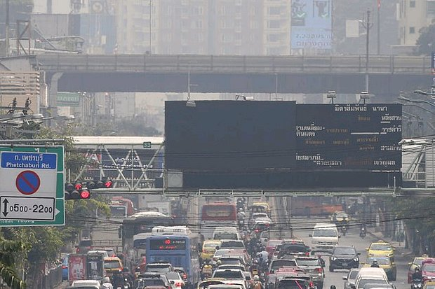 Bangkok traffic heads into the haze. To cut emissions, a reform of government policy is necessary to get all programmes aimed in the same direction. (EPA photo)