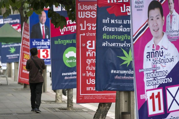 Campaign posters from several political parties clutter a pavement along a Bangkok street. (Bloomberg photo)