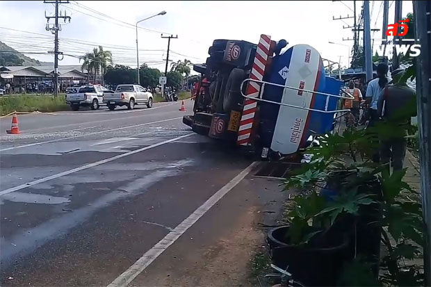 The overturned fuel truck lies on top of the crushed motorcycle ridden by an Italian couple on Chumphon-Pak Nam Road in Muang district, Chumphon province, on Thursday evening. (Photo captured from Swinewsonline)