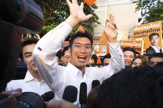 Future Forward party leader Thanathorn Juangroongruangkit, centre, is greeted by supporters as he arrives for the registration of constituency candidates competing in the upcoming general election at Thailand-Japan Youth Center stadium in Bangkok,  Feb 4, 2019. (AP file photo)