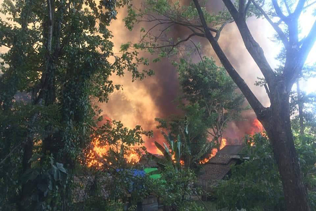 Fire races through homes at Nu Po refugee camp in Umphang district of Tak on Monday afternoon. (Photo from @Disaster_TH Twitter account)