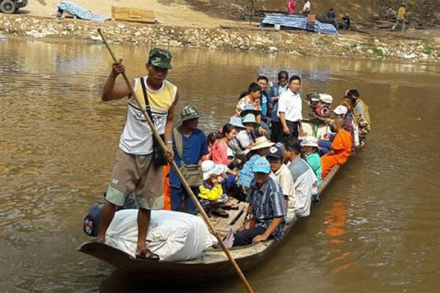 A boat with Thai and Myanmar people on board arrives at a pier in Mae Sot district in Tak from Myawaddy. (Photo by Assawin Pinitwong)