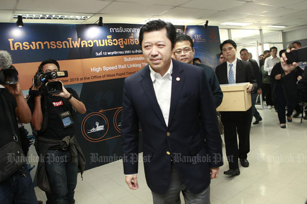 Charoen Pokphand chief executive Suphachai Chearavanont leads his team to submit the consortium's tender for construction of a high-speed train project connecting Suvarnabhumi, Don Mueang and U-Tapao airports, in Bangkok last November. (File photo)