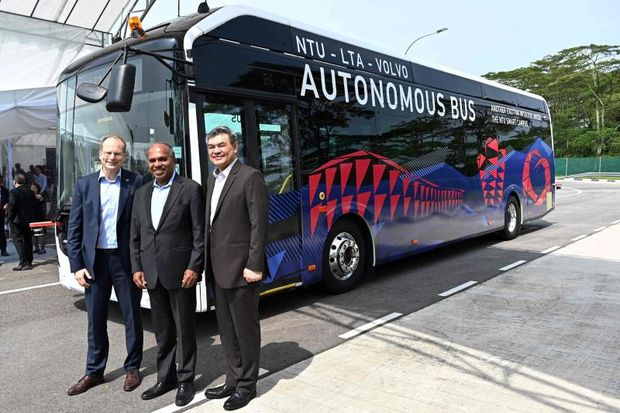 Nanyang Technology University President Subra Suresh (centre), Volvo Buses President Hakan Agnevall (left) and Land Transport Authority Chief Innovation and Technology Officer, Lam Wee Shann (right) pose after unveiling Volvo's first full size autonomous electric bus in Singapore on Tuesday. (AFP photo)
