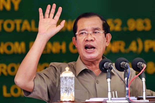 Cambodian Prime Minister Hun Sen speaks during a ceremony in Phnom Penh on Jan 14, where he said he would 'step on the throat' of his rivals if the EU ends preferential trading with the country. (AFP photo)