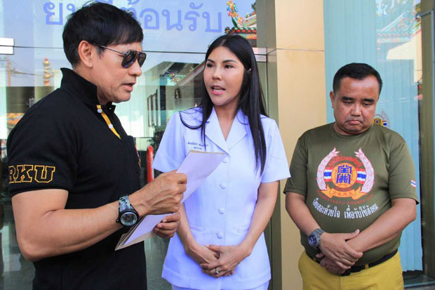 Ekaphan Bunluerit, personnel manager of Ruam Katanyu Foundation, left, with rescue volunteer Noppadol Seethongkham, right, at its headquarters in Samut Prakan province on Tuesday afternoon. (Photo by Sutthiwit Chayutworakan)