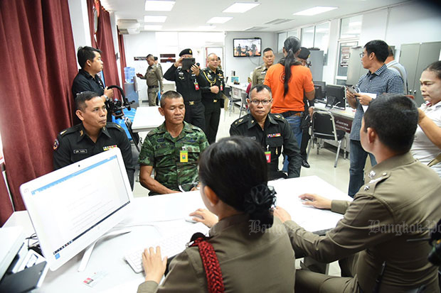 Lt Col Pakit Phonfak, commander of the Prachin Buri maintaining peace and order  company, centre, files his complaint against former police chief-turned-politician Sereeisuth Temeeyaves for allegedly insulting him while he was on duty. (Photo by Wassana Nanuam)