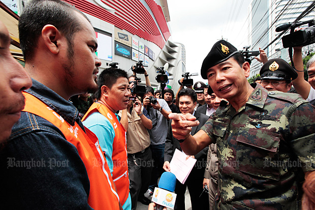 Army commander Gen Apirat Kongsompong (right) will discuss election procedures Thursday with 700 of his best officers. (Bangkok Post file photo)