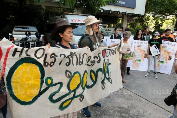In September of 2017, consumer rights' advocates marched to the government's complaint centre to lodge a petition with Prime Minister Prayut Chan-o-cha, urging him to order the Department of Agriculture to ban paraquat and chlorpyrifos. (File photo by  Tawatchai Kemgumnerd)