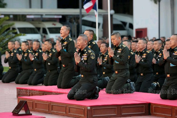 Army chief Gen Apirat Kongsompong leads soldiers in an oath of allegiance in front of the King Rama V (Chulalongkorn) statue at the Royal Thai Army headquarters. The oath vowed to protect the monarchy and support the government. (Photo by Chanat Katanyu)