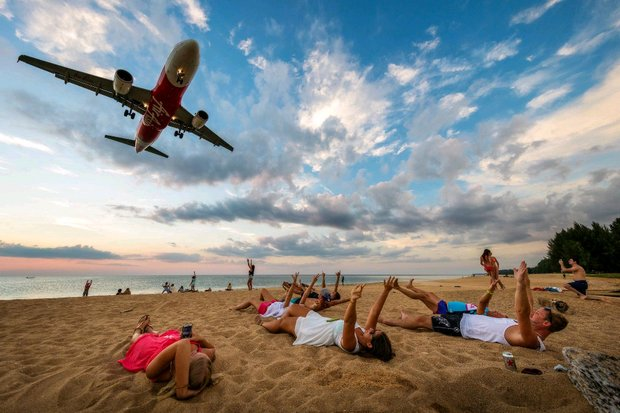 Tourists at Mai Khao beach greet the plane about to land on Phuket International Airport's Runway 09. (FP/popumon)