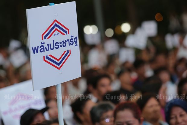 A supporter waves a placard to show their support for the Palang Prachararth Party at the introduction of 30 MP candidates for Bangkok on Jan 30. (Photo by Wichan Charoenkiartpakun)