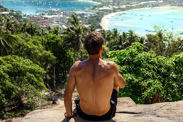American tourist Stephen Trimble posts a story on his Facebook page detailing an  encounter on Koh Phi Phi when he tried to stop a man stealing a purse on the beach, but was then assaulted by a group of youths. (Photo taken from @Trimbleezy