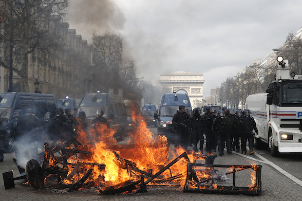 Yellow-vest violence grips Paris again