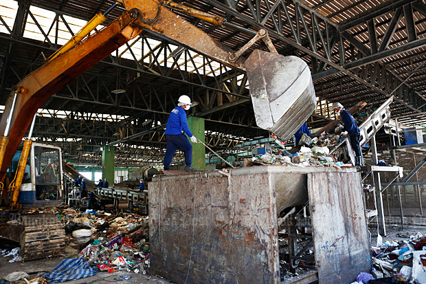 Staff sort out a variety of solid rubbish at a power plant in Rayong. (Photo by Pattarapong Chatpattarasill)