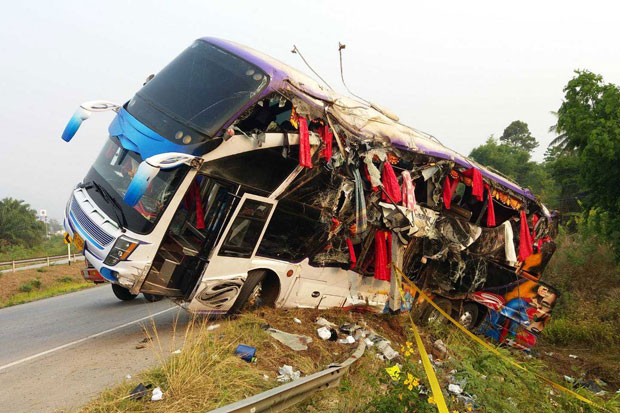A heavily-damaged bus is seen on Highway 304 in Na Di district of Prachin Buri on Monday morning. (Photo by Manit Sanubboon)