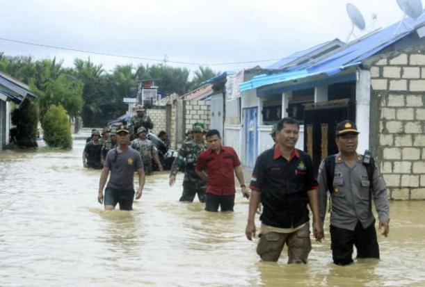Indonesian police and soldiers search for residents who need assistance at a flooded neighbourhood in Sentani, Papua Province, Indonesia, on Monday. (AP photo),