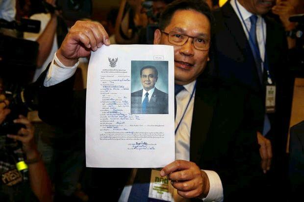 PPRP leader Uttama Savanayana holds the biography of the candidate for prime minister of his Palang Pracharath Party (PPRP) on Feb 8. The Party claims that to say the regime is using the PPRP to hold onto power is a political smear. (Reuters photo)