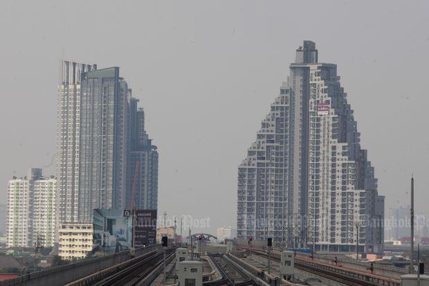 Condominiums along the mass trainsit Purple Line in mid January. (Photo by Pornprom Satrabhaya)