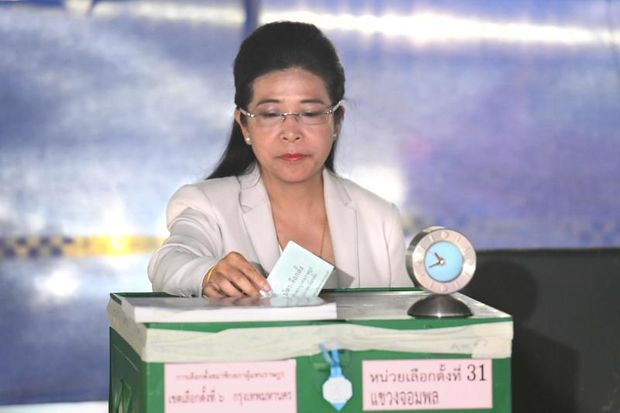 Pheu Thai Party's candidate for prime minister Sudarat Keyuraphan casts her ballot at a polling station in Bangkok on Sunday during Thailand's general election. (AFP photo)