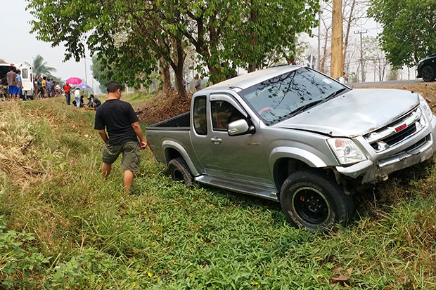 A pickup truck skids off a road after hitting a car and then ramming into two elderly people who are collecting teak seeds along the road in Muang district, Phrae province on Sunday. (Photo by Taweeporn Sukkasem)