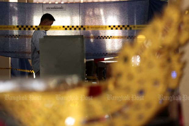 A voter casts the ballot at polling station in Din Daeng district in Bangkok. (Photo by Patipat Janthong)