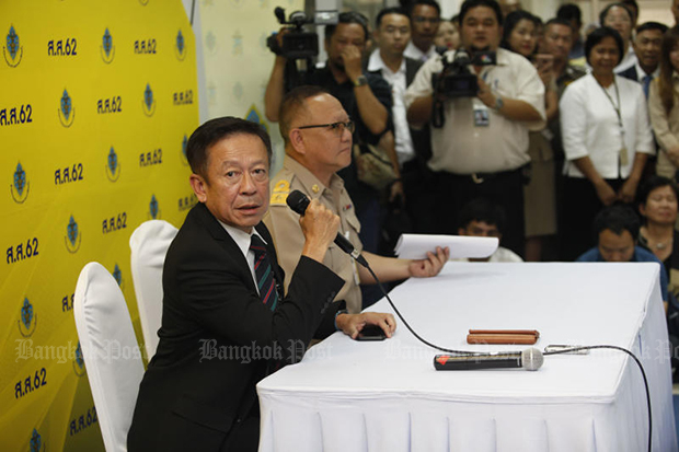 Election Commission secretary-general Jarungwit Phumma and his deputy, Nat Laosisawakul, hold a press conference on Monday to announce the decision to delay the poll results. (Photo by Varuth Hirunyatheb)