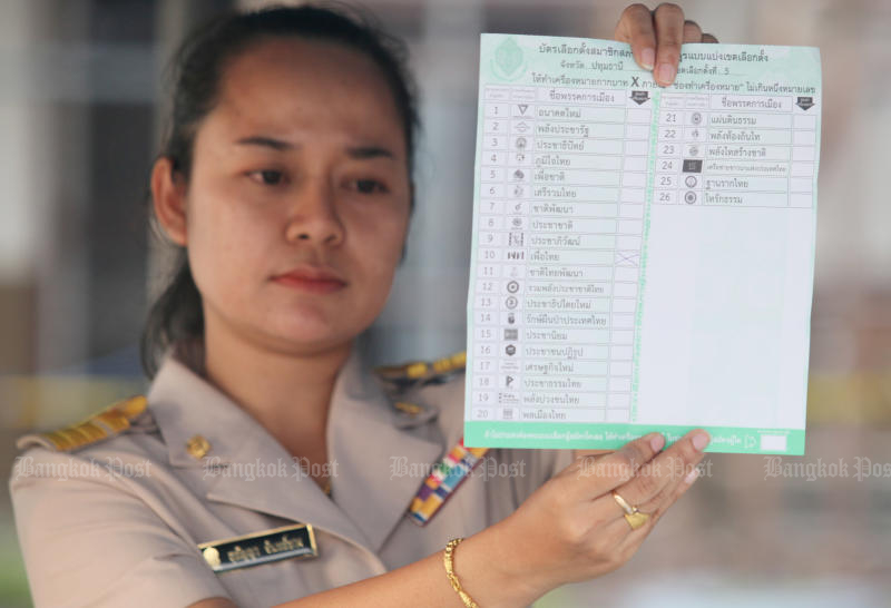 An election official counts a ballot at a polling station in Lam Luk Ka district in Pathum Thani on Sunday. (Photo by Apichit Jinakul)