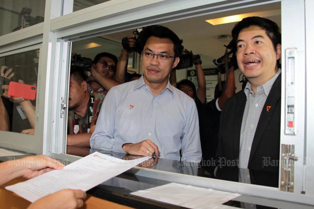 Klaikong Waithayakan, right, registrar of the Future Forward Party files a request for the Election Commission to reveal constituency-based electoral data, at the EC office in Bangkok on Tuesday. Party deputy leader Ronnawit Lorlertsoonthorn is with him. (Photo by Tawatchai Kemgumnerd)