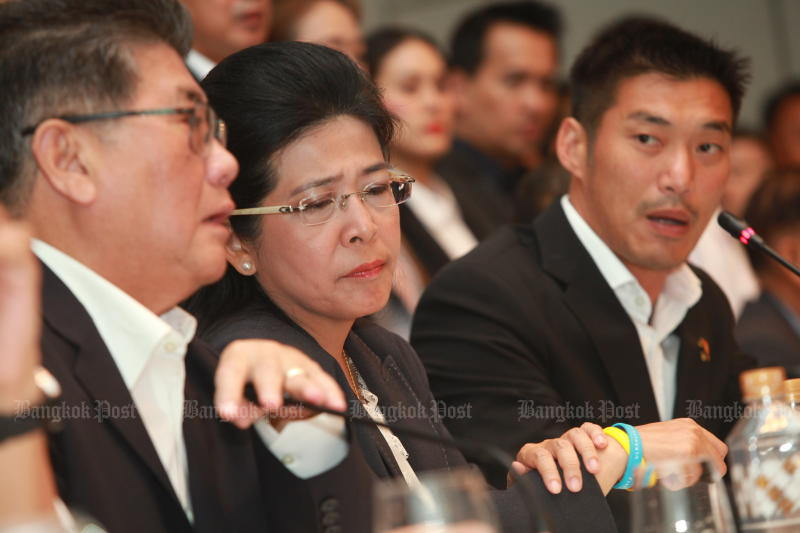 Khunying Sudarat Keyuraphan (centre) of the Pheu Thai Party sits beside Future Forward leader Thanathorn Juangroongruangkit (right) during the news conference announcing the coalition on Wednesday. (Photo by Somchai Poomlard)