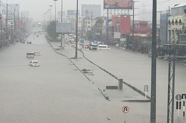 Torrential rain flooded the Sukhumvit Highway and other roads in Pattaya on Tuesday afternoon, with the water over one metre deep in places. (Photo by Chaiyot Pupattanapong)