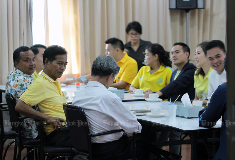 Thaworn Senneam (second from left) holds an informal meeting of some Democrat members on Friday to discuss a push for the party to join a coalition led by the Palang Pracharath Party. (Photo by Tawatchai Kemgumnerd)