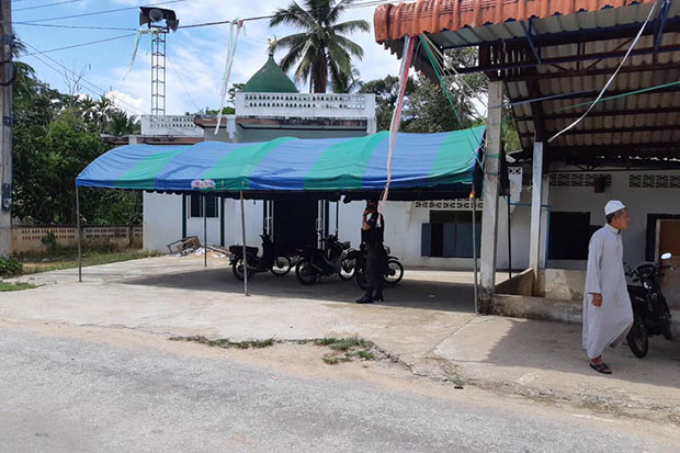 A local resident walks past the Nurul Ibadah mosque in Than To district of Yala, where two Border Patrol Police officers were shot dead while praying on Friday afternoon. (Photo taken from @PoliceMag.Thai Facebook page)