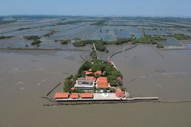 This aerial photo taken on March 9, 2019 shows a view of a Buddhist temple isolated by coastal erosion in Samut Chin village, off the shore of Samut Prakan. (AFP photo)