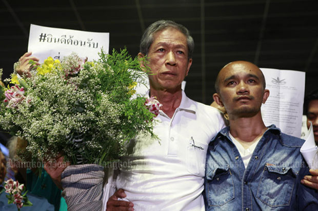 Daycha Siripatra, chairman of the Khaokwan Foundation, is warmly received at Don Mueang airport as he returns from Laos on Wednesday. (Photo by Pornprom Satrabhaya)